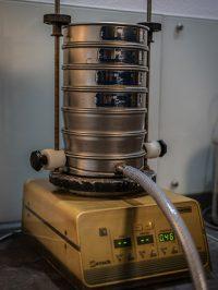 Siebmaschine für die Ermittlung von Korngrößenverteilungen.
