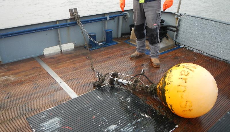 Wartungsarbeiten mit großem Arbeitsschiff