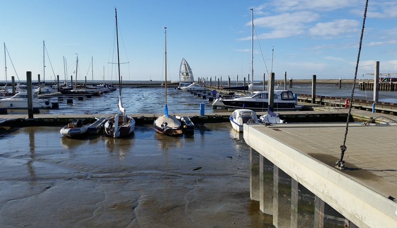 Liegeplätze im Sportboothafen bei Niedrigwasser